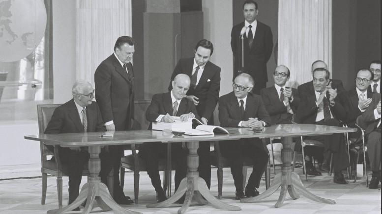 Ιστορική στιγμή. Ο Πρωθυπουργός Κ. Καραμανλής υπογράφει τη συμφωνία ένταξης