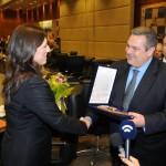 (Ξένη Δημοσίευση)  Ο υπουργός Εθνικής Άμυνας Πάνος Καμμένος προσφέρει αναμνηστικό δώρο στην Πρόεδρο της Βουλής  Ζωή Κωνσταντοπούλου κατά τη διάρκεια της συνάντησής τους,   την Τρίτη 10 Μαρτίου 2015, στο Υπουργείο. Η Πρόεδρος της Βουλής  πραγματοποίησε επίσημη επίσκεψη στο Υπουργείο Εθνικής Άμυνας όπου  ενημερώθηκε από την Πολιτική και Στρατιωτική Ηγεσία. ΑΠΕ-ΜΠΕ/ΓΡΑΦΕΙΟ ΤΥΠΟΥ ΥΠΕΘΑ/STR