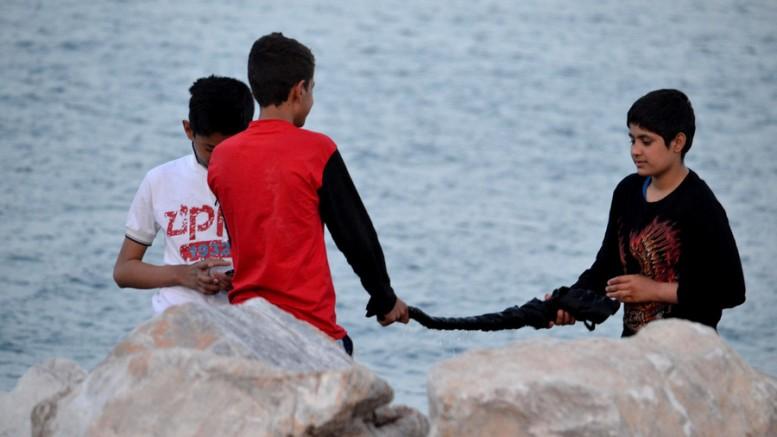 Παιδιά μεταναστών  στο λιμάνι της Μυτιλήνης. (Φ το: ΑΠΕ)