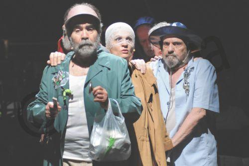 """""""Οι τυφλοί ή Ο ήχος των μικρών πραγμάτων σε μεγάλο σκοτεινό τοπίο"""". Η παράσταση εντάσσεται στο πλαίσιο των εκδηλώσεων του Φεστιβάλ Αθηνών και παρουσιάζεται στην Πειραιώς 260 στις 12 και 13 Ιουλίου. Συμμετέχουν οι: Ξένια Καλογεροπούλου, Μαρία Κεχαγιόγλου, Υβόννη Μαλτέζου, Γιώργος Μπινιάρης, Ανέζα Παπαδοπούλου, Χρήστος Στέργιογλου, Χάρης Τσιτσάκης, Μηνάς Χατζησάββας Σαβίνα Γιαννάτου [φωνή], Θοδωρής Κοτεπάνος [πιάνο]. (ΑΠΕ-ΜΠΕ/ΦΕΣΤΙΒΑΛ ΑΘΗΝΩΝ/ΕΥΗ ΦΥΛΑΚΤΟΥ)"""