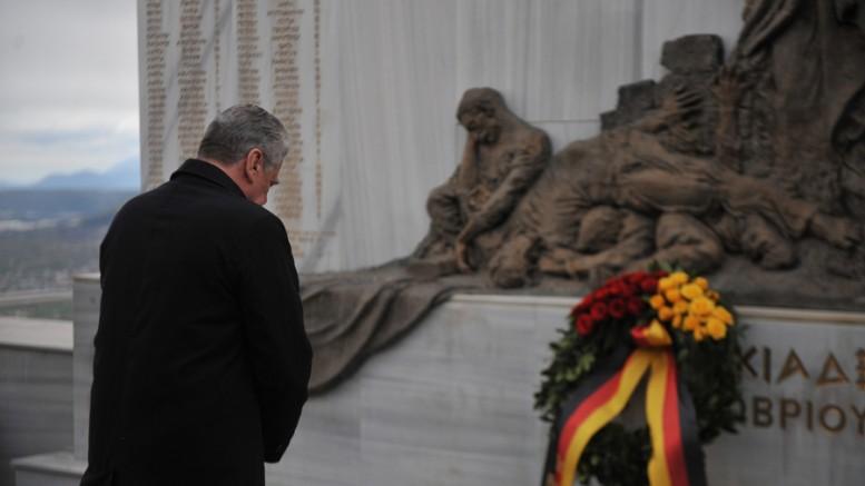 Ο γερμανός  Πρόεδρος της Δημοκρατίας  Γιόακιμ Γκάουκ καταθέτει στεφάνι το μνημείο των εκτελεσθέντων  κατά την επίσκεψη του στο χωριό Λιγκιάδες, την Παρασκευή 7 Μαρτίου 2014, στα Ιωάννινα συνοδευόμενος από τον ομόλογό του Κάρολο Παπούλια. (Φωτό: ΑΠΕ-ΜΠΕ/  ΑΠΟΣΤΟΛΟΣ ΔΗΜΟΣ)
