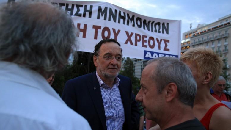 Ο υπουργός Παραγωγικής Ανασυγκρότησης, Περιβάλλοντος και Ενέργειας Παναγιώτης Λαφαζάνης συνομιλεί με διαδηλωτές κατά τη διάρκεια συλλαλητηρίου  στην πλατεία Συντάγματος. ( Φωτό: ΑΠΕ-ΜΠΕ/ΣΥΜΕΛΑ ΠΑΝΤΖΑΡΤΖΗ)