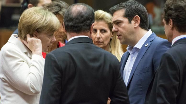 Ο πρωθυπουργός Αλέξης Τσίπρας  συνομιλεί με την γερμανίδα καγκελάριο Άγγελα Μέρκελ στη σύνοδο κορυφής των αρχηγών κρατών και κυβερνήσεων της ευρωζώνης που διεξάγεται στις Βρυξέλλες, Κυριακή 12 Ιουλίου 2015. (ΑΠΕ-ΜΠΕ ΑDREA BONETTI).