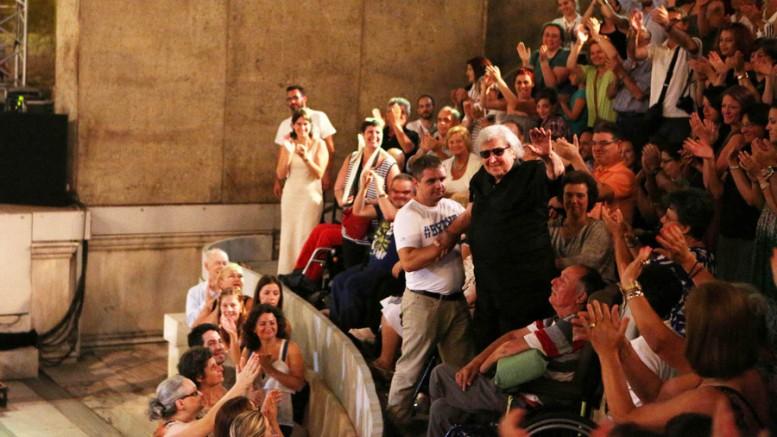 Ο Μίκης Θεοδωράκης χαιρετά τον κόσμο κατά τη διάρκεια της συναυλίας - αφιέρωμα στον για τον ίδιο, στο  Ωδείο Ηρώδου Αττικού,στην Αθήνα,  την Τρίτη 14 Ιουλίου 2015. Στη  συναυλία, που έγινε για τη συμπλήρωση των 90 χρόνων του Μίκη  Θεοδωράκη συμμετείχαν οι: Γιώργος Νταλάρας,  Λουκάς Καρυτινός, Δημήτρης Πλατανιάς,  Άκης Σακελλαρίου. (Φωτό: ΑΠΕ-ΜΠΕ/ ΘΩΜΑΣ ΔΑΣΚΑΛΑΚΗΣ)