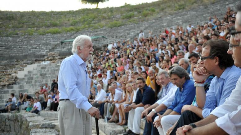 Ο Σπύρος Μερκούρης αδελφός της αείμνηστης Μελίνας Μερκούρη προλογίζει την παράσταση  «Προμηθέας Δεσμώτης» στο αρχαίο θέατρο της Δωδώνης που άνοιξε χθες, Παρασκευή 17 Ιουλίου 2015, ύστερα από 17 χρόνια. Την παράσταση «Προμηθέας Δεσμώτης» του Αισχύλου,- από το Φεστιβάλ Αθηνών Επιδαύρου 2015 και την αιγίδα του ΔΗΠΕΘΕ Ιωαννίνων- σκηνοθετεί ο Κώστας Φιλίππογλου. Τν Προμηθέα ερμηνεύει ο Τάσος Νούσιας. Φωτό: ΑΠΕ-ΑΠΟΣΤΟΛΟΣ ΔΗΜΟΣ)