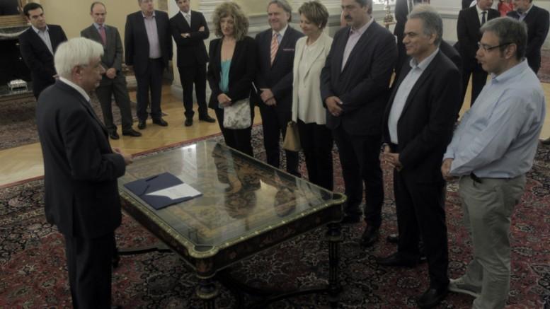 Ο Πρόεδρος της Δημοκρατίας, Προκόπης Παυλόπουλος με τους νέους υπουργούς κατά την ορκωμοσία τους, το Σάββατο 18 Ιουλίου 2015. (Φωτό: ΑΠΕ ΜΠΕ/ΟΡΕΣΤΗΣ ΠΑΝΑΓΙΩΤΟΥ)