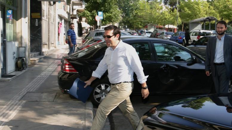 Ο Αλέξης Τσίπρας φτάνει στα γραφεία του ΣΥΡΙΖΑ για την συνεδρίαση της Πολιτικής Γραμματείας του κόμματος που θα χει ως αντικείμενο συζήτησης τη νέα δανειακή σύμβαση, Δευτέρα 27 Ιουλίου 2015.(Φωτό: ΑΠΕ - ΜΠΕ/Αλέξανδρος Μπελτές)