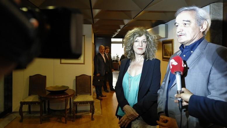 Η υφυπουργός Εξωτερικών Σία Αναγνωστοπούλου με τον πρώην υφυπουργό Εξωτερικών Νίκο Χουντή κάνουν δηλώσεις στα μέσα μαζικής ενημέρωσης κατά τη διάρκεια της τελετής παράδοσης - παραλαβής του υπουργείου μετά την τελετή ορκωμοσίας ενώπιον του Προέδρου της Δημοκρατίας, Προκόπη Παυλόπουλου και του Πρωθυπουργού Αλέξη Τσίπρα, Σάββατο 18 Ιουλίου 2015. (Φωτό: ΑΠΕ-ΜΠΕ / Φώτης Πλέγας)