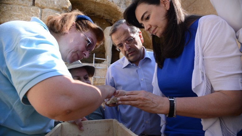 Η μισή κυβέρνηση και όλη η οικογένεια του τότε πρωθυπουργού στην ανασκαφή στην Αμφίπολη. Έτσι δουλεύουμε εμείς στην Ελλάδα. (ΦΩΤΟ ΑΠΕ- ΜΠΕ- ΓΟΥΛΙΕΜΟΣ ΑΝΤΩΝΙΟΥ)
