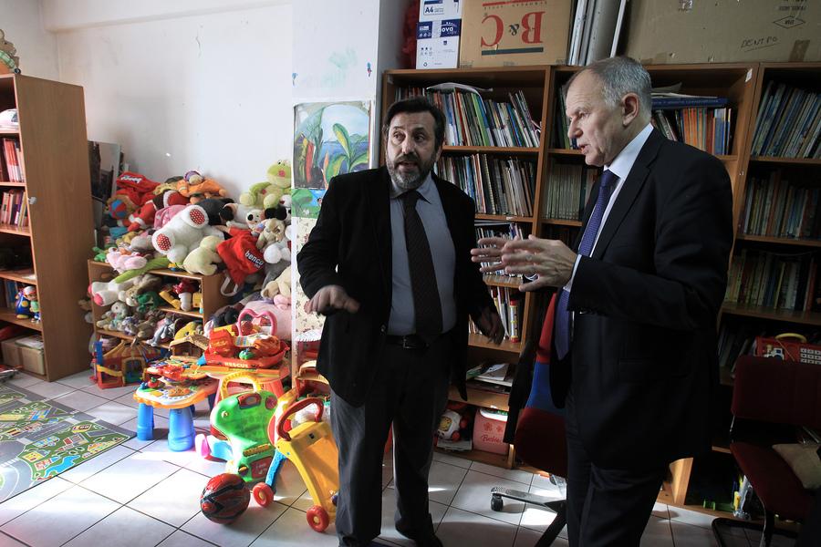 Ο πρόεδρος των Γιατρών του Κόσμου Νικήτας Κανάκης  ξεναγεί τον Ευρωπαίο Επίτροπο αρμόδιο για την Υγεία, Vytenis Andriukaitis  στο Ανοιχτό Πολυιατρείο και τον Ξενώνα Ευάλωτων Αιτούντων Άσυλο των Γιατρών του Κόσμου στο κέντρο της Αθήνας. (ΦΩΤΟ: ΑΠΕ-ΜΠΕ/ΣΥΜΕΛΑ ΠΑΝΤΖΑΡΤΖΗ)