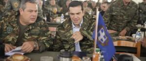 Για την ...φωτογράφιση -σαν σταρ του σινεμά- ο υπουργός Άμυνας και ο πρωθυπουργός φοράνε στρατιωτικές στολές, αλλά σε πόσα παραπτώματα έχουν υποπέσει; O Καμμένος, ασκεπής και ...ακομβίωτος θάπρεπε να περάσει στρατοδικείο. Η γραβάτα δεν ταιριάζει με την στολή. Κι ο Τσίπρας φοράει στρατιωτικό μπουφάν με πολιτικό παντελόνι. Κανείς δεν φορά τζόκευ, ίσως για να μη χαλάσει το μαλλί. Αλλά πέρα από το κιτς και την αποκριάτικη αισθητική τους, έχουν αναρωτηθεί πως έχουν κονιορτοποιήσει νομοθεσία και στρατιωτική τάξη; O υπουργός δεν είναι στρατιωτικός και δεν έχει δικαίωμα να φορά στολή. Έχει τυπώσει κιόλας το όνομά του -όπως συνηθίζεται στα φαστ φουντ- πάνω σ΄αυτή την ιδιόμορφη στολή με την οποία πρέπει να ασχοληθεί η δικαιοσύνη.