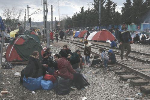 Πρόσφυγες τοποθέτησαν τις σκηνές τους στις γραμμές του τραίνου μετά από βροχή στον καταυλισμό προσφύγων της Ειδομένης, την Παρασκευή 4 Μαρτίου 2016, περιμένοντας να πάρουν την άδεια να περάσουν από τα σύνορα της Ελλάδος προς την ΠΓΔΜ.