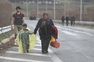 Σύριοι πρόσφυγες φορτωμένοι με τα υπάρχοντά τους περπατούν χιλιόμετρα μες τη βροχή προσπαθώντας να φτάσουν στον καταυλισμό προσφύγων της Ειδομένης, την Παρασκευή 4 Μαρτίου 2016, για να πάρουν την άδεια να περάσουν από τα σύνορα της Ελλάδος προς την ΠΓΔΜ. Περισσότεροι από 13.000 μετανάστες και πρόσφυγες έχουν συγκεντρωθεί στον καταυλισμό της Ειδομένης.