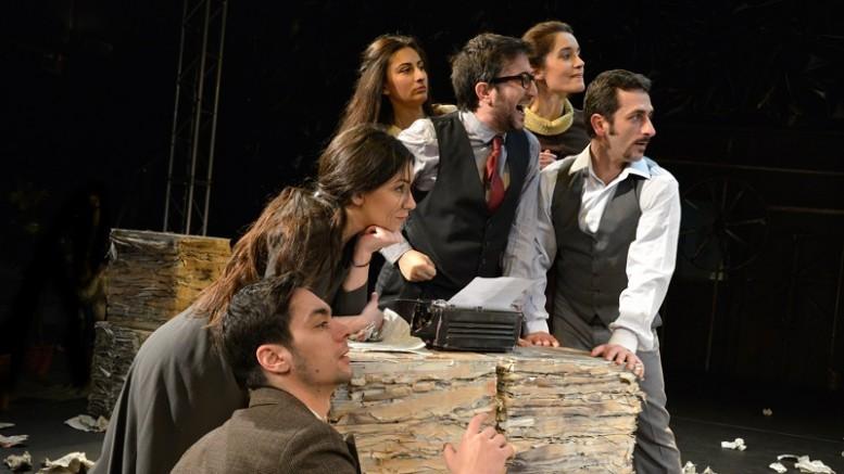 Το Εθνικό Θέατρο εγκαινιάζει τη συνεργασία του με το Πολιτιστικό Ίδρυμα Ομίλου Πειραιώς (ΠΙΟΠ) παρουσιάζοντας την επιτυχημένη παράσταση «Το ρολόι», σε σκηνοθεσία Κωνσταντίνου Μπιμπή, στο Μουσείο Ελιάς και Ελληνικού Λαδιού, στη Σπάρτη, και στο Μουσείο Πλινθοκεραμοποιίας Ν. & Σ. Τσαλαπάτα, στον Βόλο.