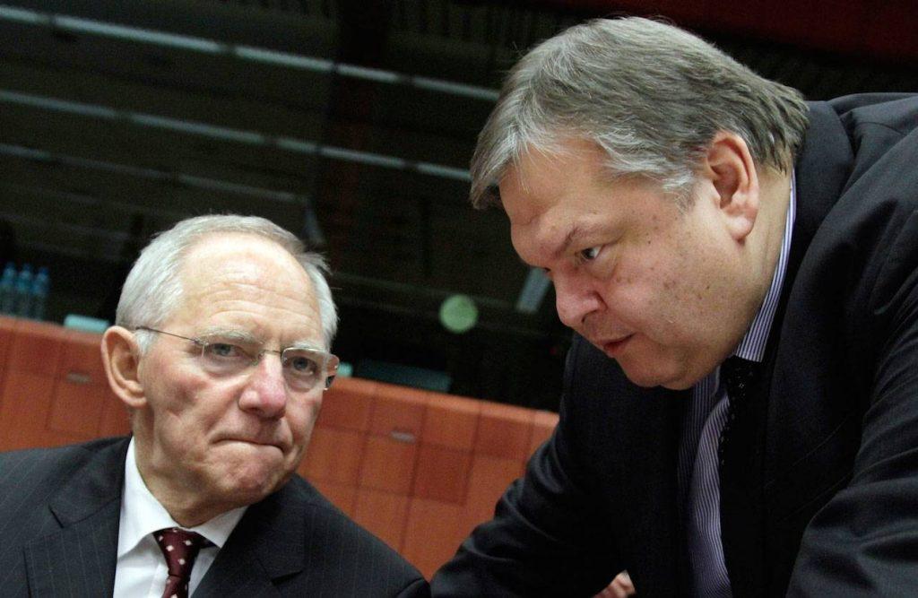 Τι πρέπει να γίνει να το πω πολύ απλά, αντί για την Επιτροπή αλήθειας για το χρέος; Η επιστροφή στην αλήθεια. Να συνειδητοποιήσουμε τη συμφωνία του 2012, να αναγνωριστεί το μέγεθος της επέμβασης του 2012 με όποιο τρόπο θέλουν. Με τον πιο συμβατικό τρόπο της ονομαστικής αξίας; Με αυτό που τελευταία Γερμανοί οικονομολόγοι του Πανεπιστημίου του Μάιντς που τους ξέρει πολύ καλά ο Πολ Καζαριάν ,οι Σουμάχερ και λοιποί, είπαν ότι «αν υπολογίσουμε συμβατικά με βάση το προεξοφλητικό επιτόκιο των δεκαετών ομολόγων το ελληνικό χρέος, η παρούσα Ρούλας αξία του είναι 98% του ΑΕΠ, είναι μικρότερο από όλες τις άλλες χώρες που ήταν σε Μνημόνιο»; Αλλά υπάρχει και η πρόταση του Πολ Καζαριάν που σου λέει ότι «να, ποια είναι η πραγματική αξία του χρέους σου, η παρουσία αξία και να, ποια είναι η καθαρή θέση της χώρας σου και να, ποια είναι η συμβολή της παρέμβασης του 2012». Συμπτωματικά είναι ίδια, όπως κι αν την υπολογίσεις. Γι' αυτό έχουν σημασία οι πολλές μέθοδοι για να δει κανείς αν καταλήγει σε συγκρίσιμα αποτελέσματα.