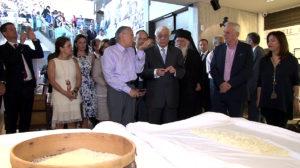 """Ο υπουργός Αγροτικής Ανάπτυξης, Βαγγέλης Αποστόλου, επισήμανε ότι μουσεία όπως της Χίου αποτελούν κιβωτούς διάσωσης αξιών με τεράστια σημασία για τον οικονομικό πολιτισμό. """"Η πολιτεία θα σταθεί δίπλα στις προσπάθειες των παραγωγών ώστε η παραγωγή της να συμβάλει στην ανάπτυξη του νησιού και του τόπου"""" είπε."""