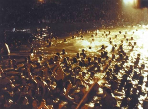 Όσοι πηγαίνουν στη Βουλιαγμένη Λέει ένας νόμος παλιός Νύχτα με φεγγάρι Κι αν είναι λίγο πιωμένοι Πάντα την βρίσκουν αλλιώς (Λουκιάνος Κηλαηδόνης - Στη Βουλιαγμένη) Βράδυ Δευτέρας με πανσέληνο την 25η Ιουλίου 1983 ο Λουκιανός Κηλαηδόνης κάλεσε τους Αθηναίους σε μια πρωτότυπη μουσική εκδήλωση, το Πάρτυ στη Βουλιαγμένη στην πλαζ του ΕΟΤ.