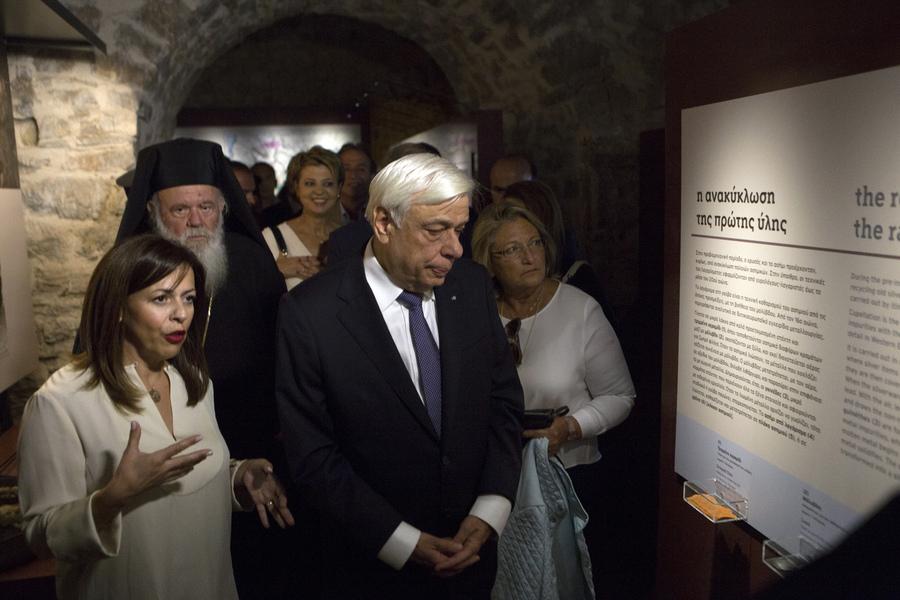 Ο Πρόεδρος της Δημοκρατίας Προκόπης Παυλόπουλος ξεναγείται στο Μουσείο Αργυροτεχνίας στα Ιωάννινα, Σάββατο 24 Σεπτεμβρίου 2016. Ο Πρόεδρος της Δημοκρατίας Προκόπης Παυλόπουλος εγκαινίασε το Μουσείο Αργυροτεχνίας του Πολιτιστικού Ιδρύματος του Ομίλου Πειραιώς. ΑΠΕ-ΜΠΕ/ΑΠΕ-ΜΠΕ/ΔΗΜΗΤΡΗΣ ΡΑΠΑΚΟΥΣΗΣ