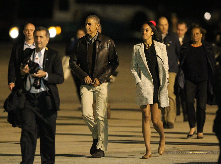 epa05230096 US President Barack Obama (3-L) walks next to his daugther Malia Obama (4-R) prior to boarding Air Force One at Ezeiza Airport in Buenos Aires, Argentina, 24 March 2016. EPA/SILVINA FRYDLEWSKY