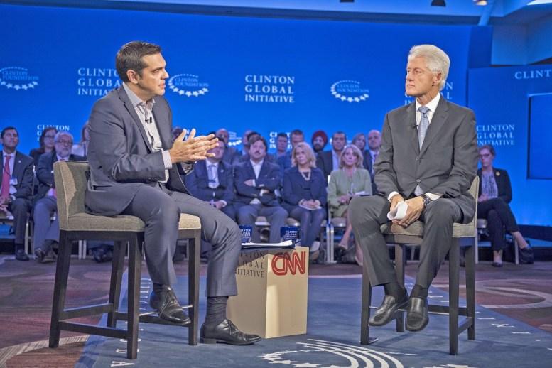 Ο Έλληνας πρωθυπουργός Αλέξης Τσίπρας (Α) συνομιλεί με τον πρώην πρόεδρο των ΗΠΑ Μπίλ Κλίντον (Bill Clinton) (Δ) κατά την διάρκεια της παρέμβασης του αναφορικά με τον τρόπο αντιμετώπισης της κρίσης στην Ελλάδα και την Ευρώπη Κυριακή 28 Σεπτεμβρίου 2015. ΑΠΕ ΜΠΕ, Γραφείο Τύπου Πρωθυπουργού, BONETI ANDREA