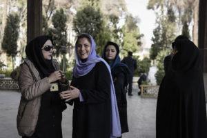 (Ξένη Δημοσίευση) Η Μπέτυ Μπαζιάνα (Κ) σύντροφός του πρωθυπουργού Αλέξη Τσίπρα ξεναγείται στα αρχιτεκτονικά μνημεία του Εσφαχάν στο Ιράν, Κυριακή 7 Φεβρουαρίου 2016. Ο πρωθυπουργός Αλέξης Τσίπρας πραγματοποιεί επίσημη διήμερη επίσκεψη στο Ιράν. ΑΠΕ-ΜΠΕ/ΓΡΑΦΕΙΟ ΤΥΠΟΥ ΠΡΩΘΥΠΟΥΡΓΟΥ/Andrea Bonetti